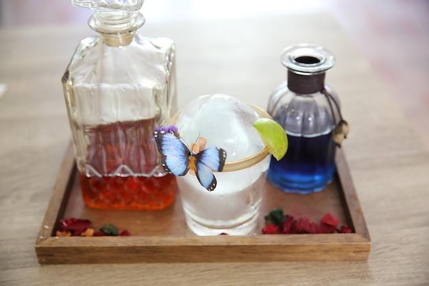 Tasse de thé colorée sur fond de bois