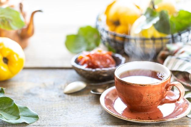 Tasse de thé avec de la confiture de coing maison