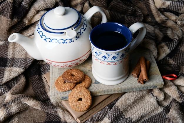 Tasse de thé avec des cookies sur table close-up