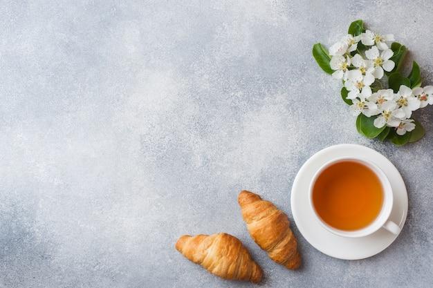 Tasse de thé et croissant