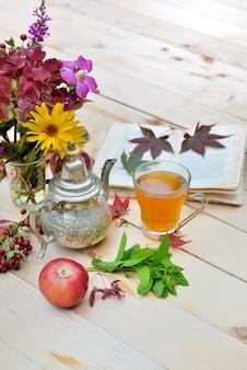 Tasse à thé dans un décor automnal