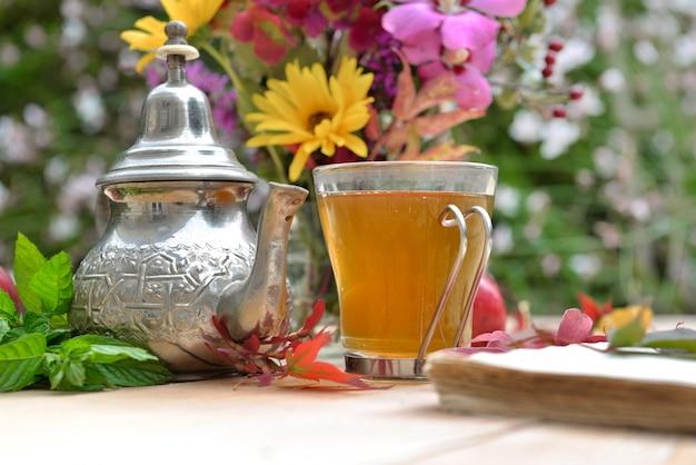Tasse de thé dans le jardin