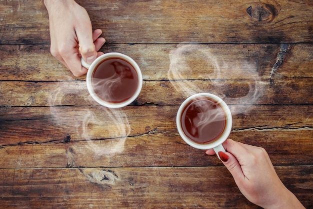 Une tasse de thé dans les mains. mise au point sélective.