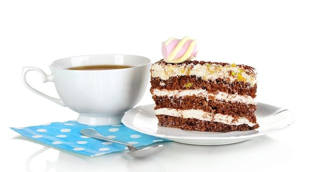 Une tasse de thé et un délicieux gâteau isolé sur blanc