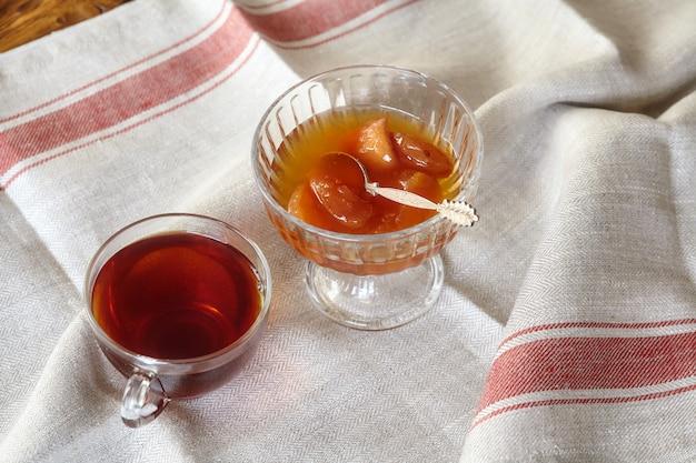 Tasse de thé et dessert à la confiture de pommes