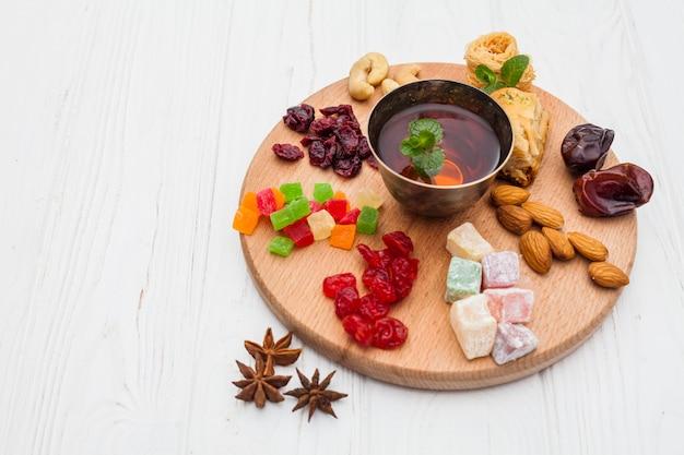 Tasse de thé et desserts turcs frais sur plateau