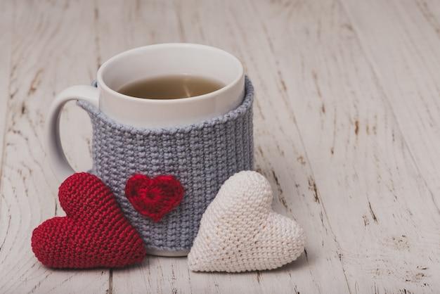 Tasse de thé avec deux coeurs en peluche