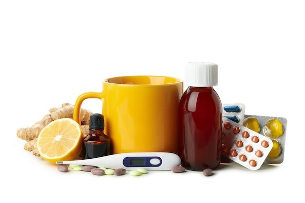 Tasse de thé et différents médicaments isolés sur blanc