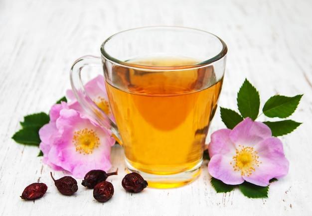 Tasse de thé et dogrose