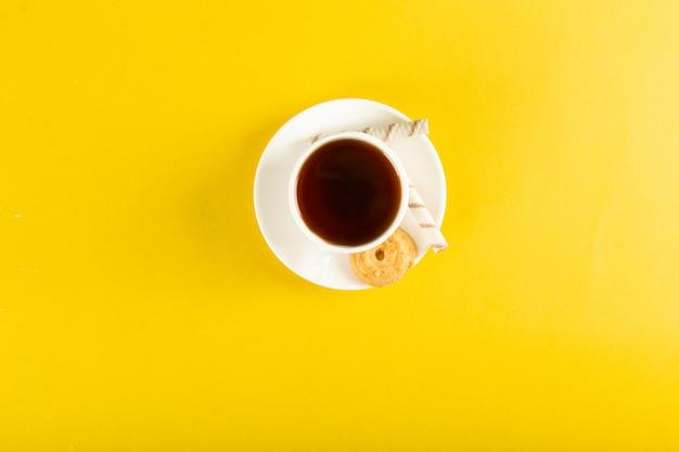 Une tasse de thé avec du biscuit. vue de dessus