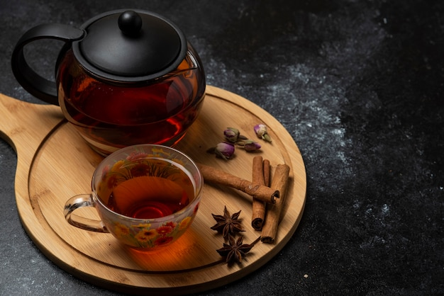 Une tasse de thé avec des épices et des herbes aromatiques.