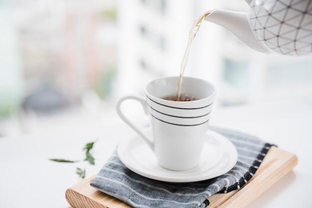 Tasse de thé étant rempli
