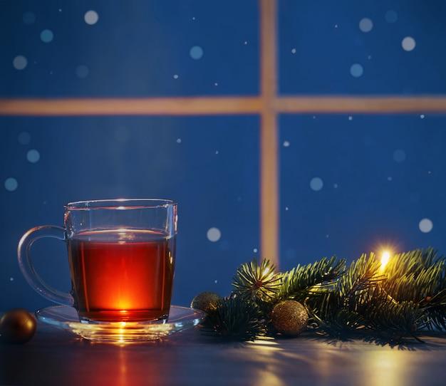 Tasse de thé sur la fenêtre de nuit
