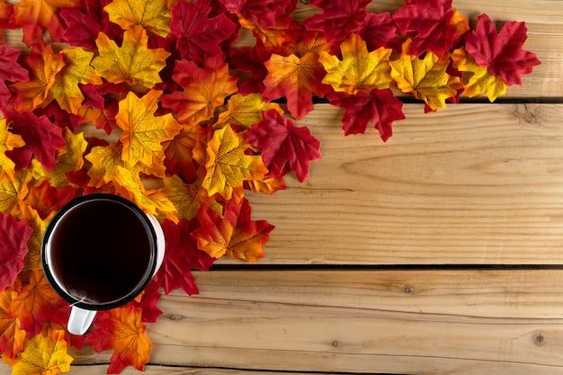 Tasse à thé avec des feuilles d'automne