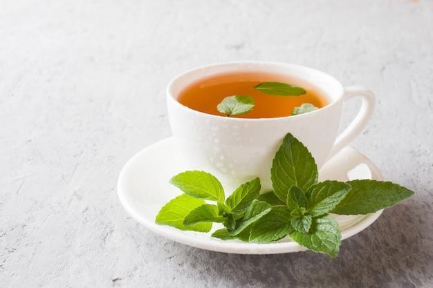 Tasse de thé avec des feuilles de menthe fraîche