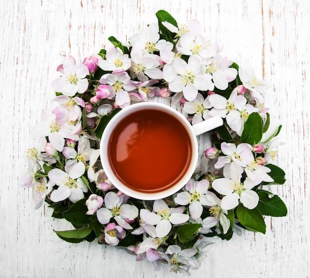 Tasse de thé et fleur de printemps