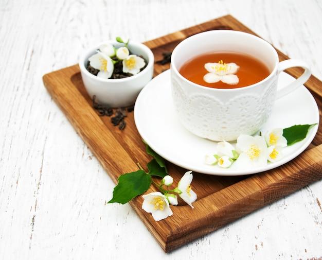 Tasse de thé avec des fleurs de jasmin