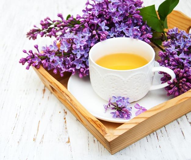 Tasse de thé et fleurs lilas