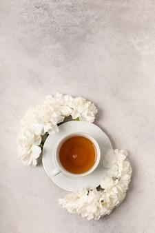 Tasse de thé en fleurs pour la journée internationale de la femme