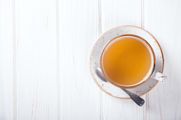 Tasse de thé sur un fond blanc