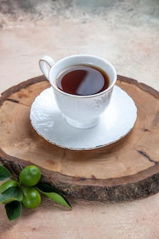 Tasse de thé sur fond gris