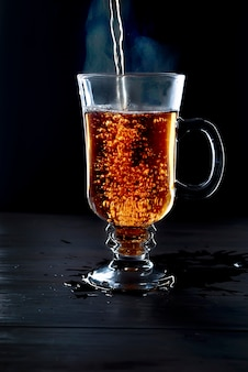 Tasse de thé sur fond noir