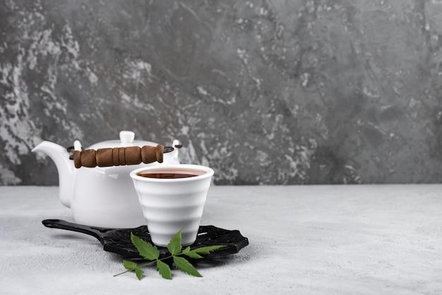 Tasse à thé avec fond de nourriture théière