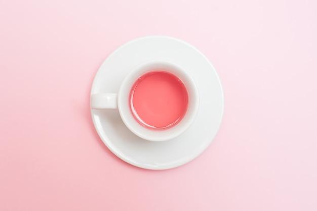Tasse à thé sur fond rose pastel