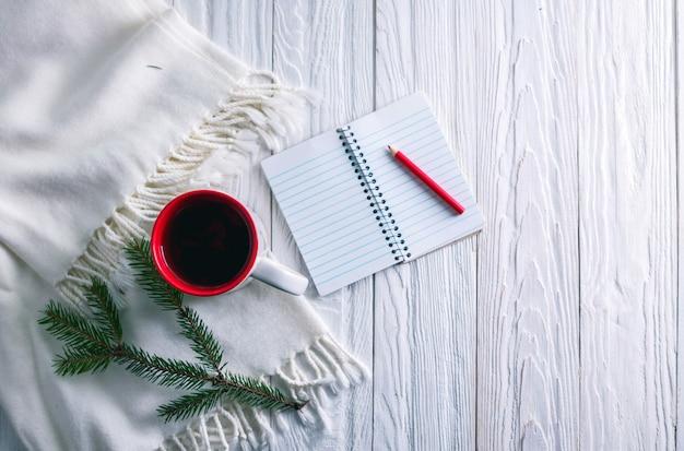 Tasse de thé avec foulard et cahier