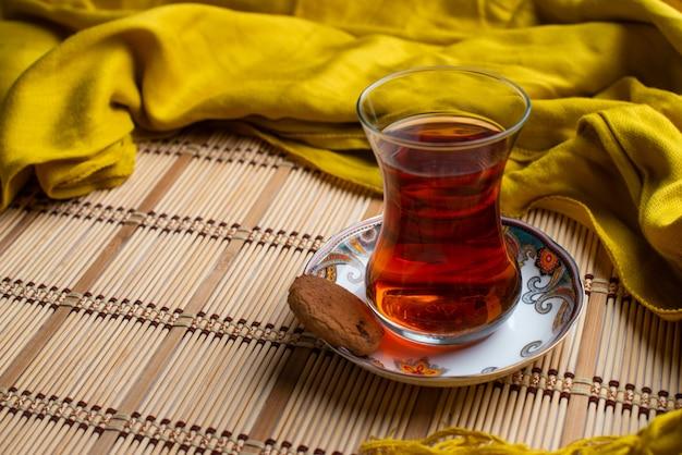 Une tasse de thé avec foulard jaune