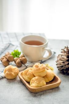 Une tasse de thé fraîchement infusé d'arachide inchi, s'échappant de la vapeur, une lumière douce et chaude, avec eclair doux sur la table