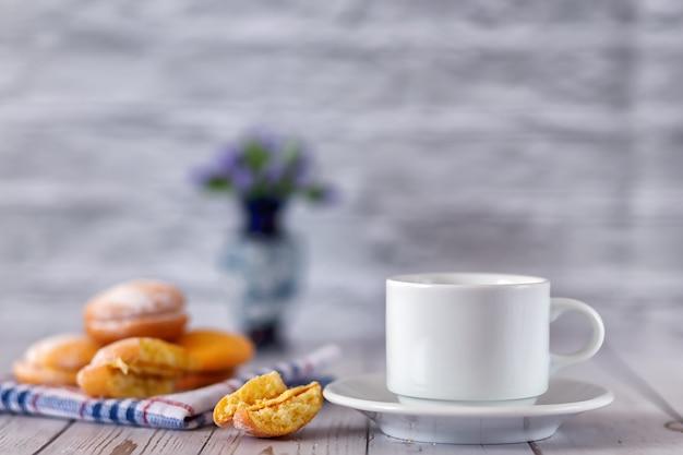 Une tasse de thé fraîchement infusé avec des biscuits au citron. mise au point sélective.