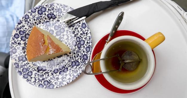 Tasse de thé avec un gâteau blanc