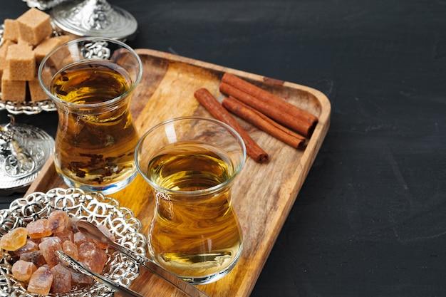 Tasse de thé gllass turc servi avec des desserts sur table