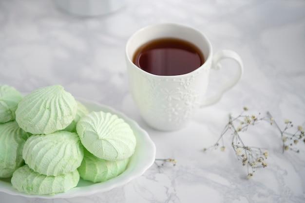 Tasse de thé et de guimauve dessert