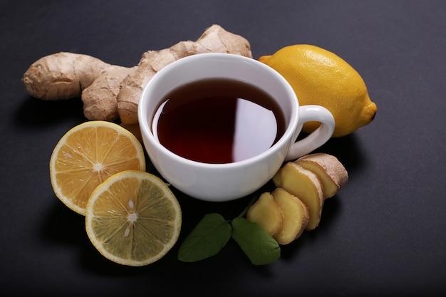 Tasse de thé avec des ingrédients