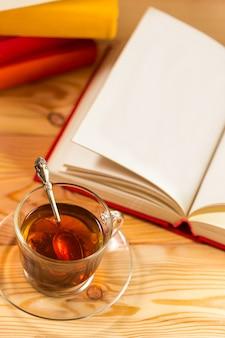 Tasse de thé et livres sur bois