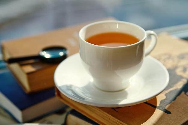 Tasse de thé et de livres, gros plan