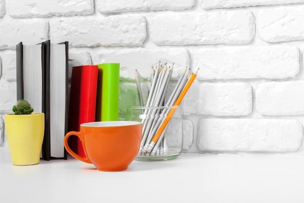 Tasse de thé et livres sur la table