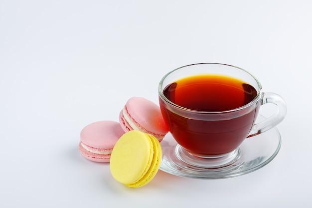 Tasse de thé et macarons colorés isolés