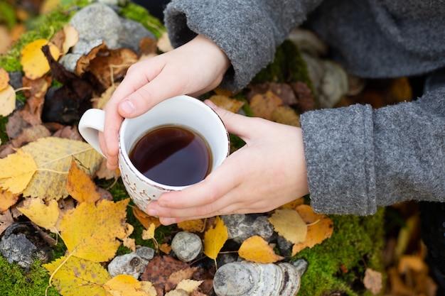 Tasse de thé à la main en plein air. balade dans la forêt d'automne - image