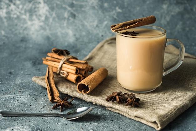 Tasse de thé masala à la cannelle et à l'anis étoilé