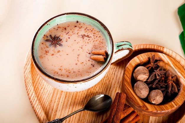 Une tasse de thé masala thé traditionnel indien avec du lait et des épices dans une tasse en gros plan