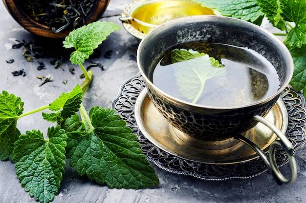 Tasse de thé à la mélisse