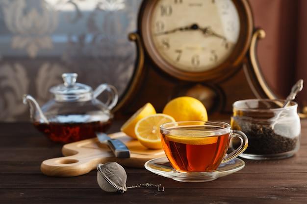 Tasse de thé à la menthe et au citron