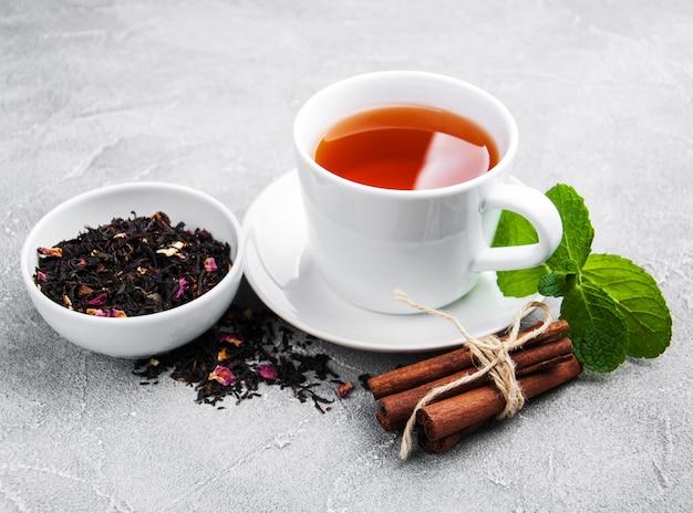 Tasse de thé à la menthe et à la cannelle