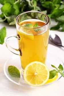 Tasse de thé à la menthe chaude