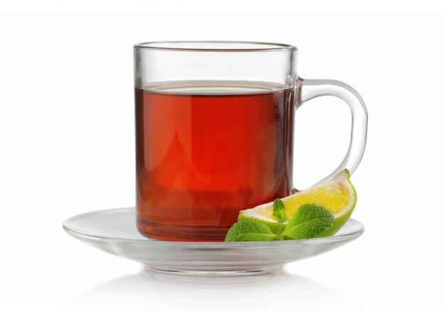 Tasse à thé à la menthe fraîche et citron vert isolé