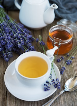 Tasse de thé et de miel avec des fleurs de lavande