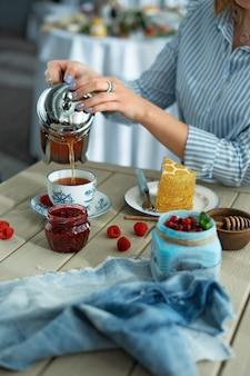 Une tasse de thé et un morceau de gâteau au café
